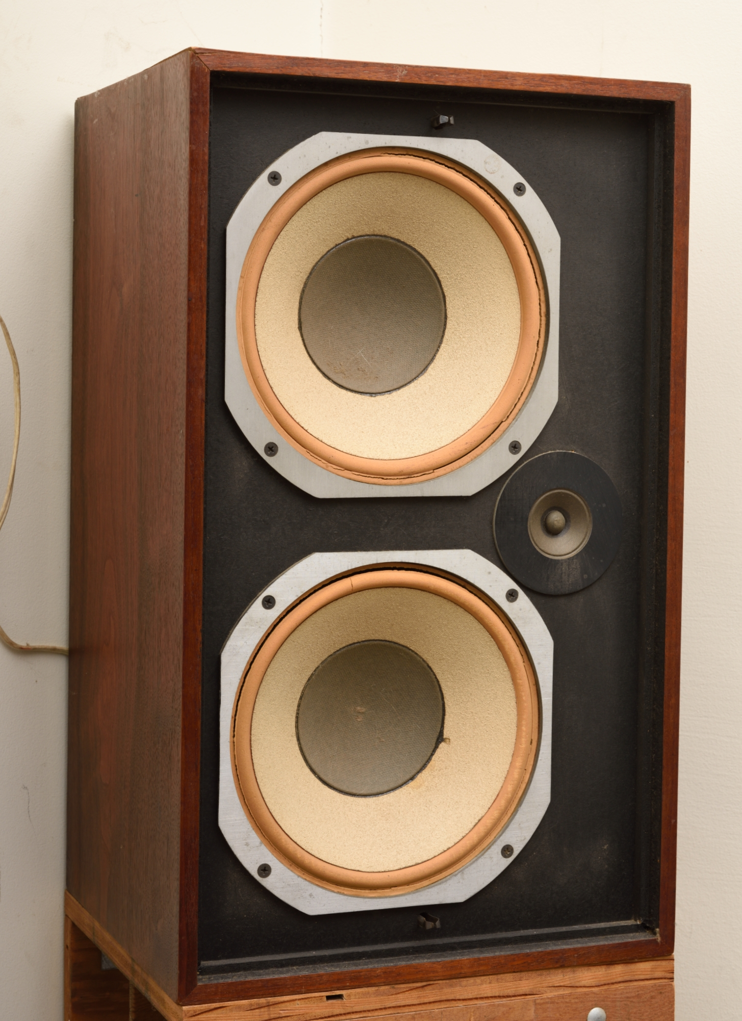 You are wel e to visit and listen to the speakers $200 ALTEC LANSING